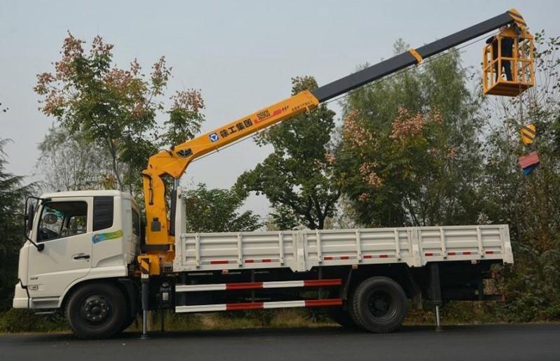 东风天锦8 吨随车吊工作展示图