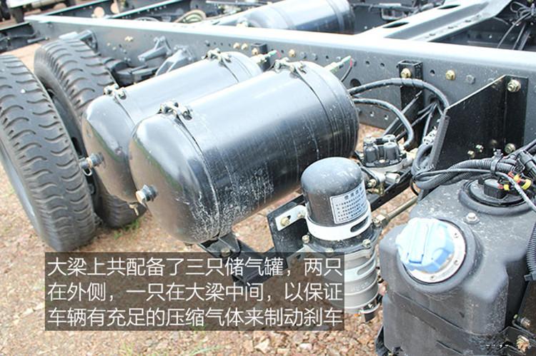 东风145 随车吊带洒水储气罐图